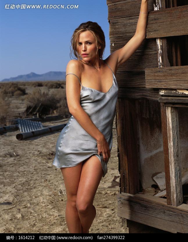 穿银色睡衣的外国美女图片编号:1614212