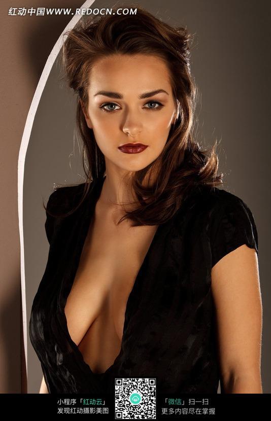 穿性感黑外衣的外国美女图片编号:1637384