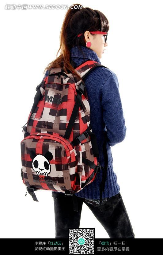 背着红色双肩包的女孩背影设计图片