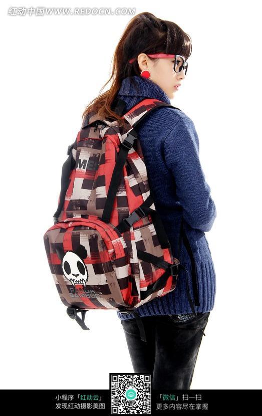 背着自己双肩包回头的女孩图片(编号:1689268)