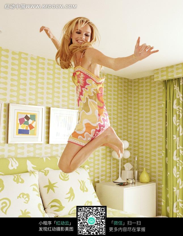 在床上跳高的外国美女图片编号:1715410