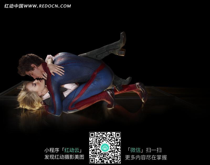 蹲在地上接吻的蜘蛛侠和外国美女图片 人物图
