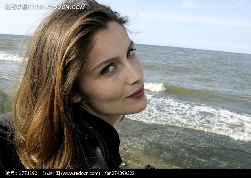 走在海边回头的外国美女图片编号:1771190