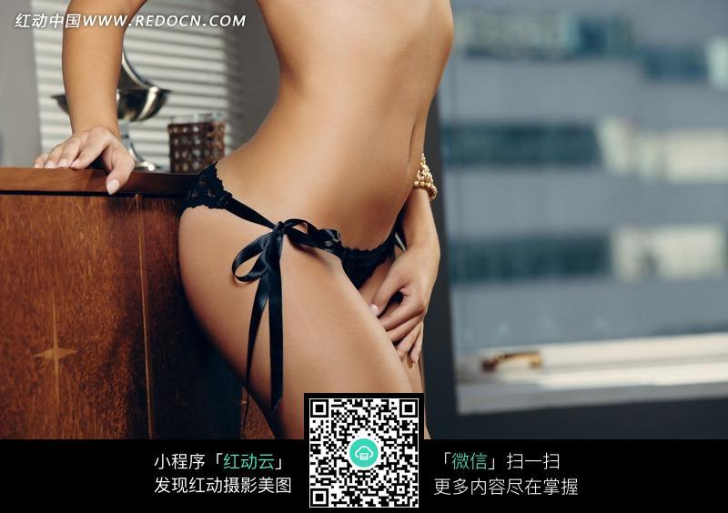 穿黑色内裤的性感美女设计图片