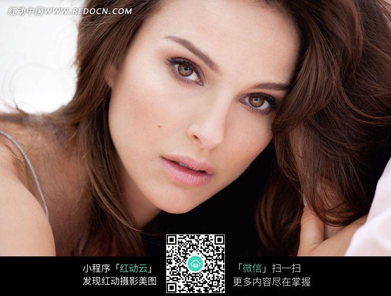 外国褐发美女设计图片