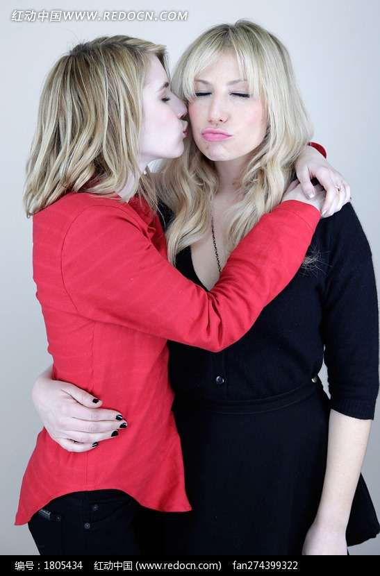 拥抱亲吻的外国美女图片编号:1805434