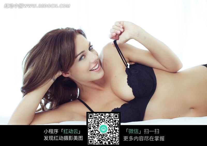 侧躺在床上微笑的外国内衣美女设计图片