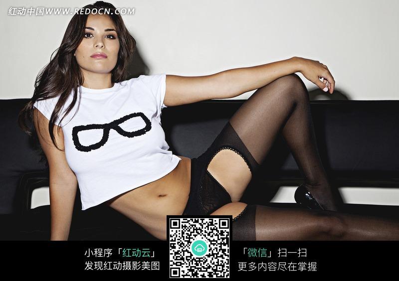 侧坐在沙发上的外国丝袜美女设计图片