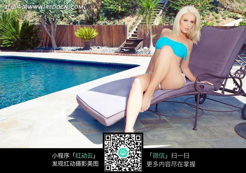 坐在躺椅子上的外国内衣美女图片编号:1823174