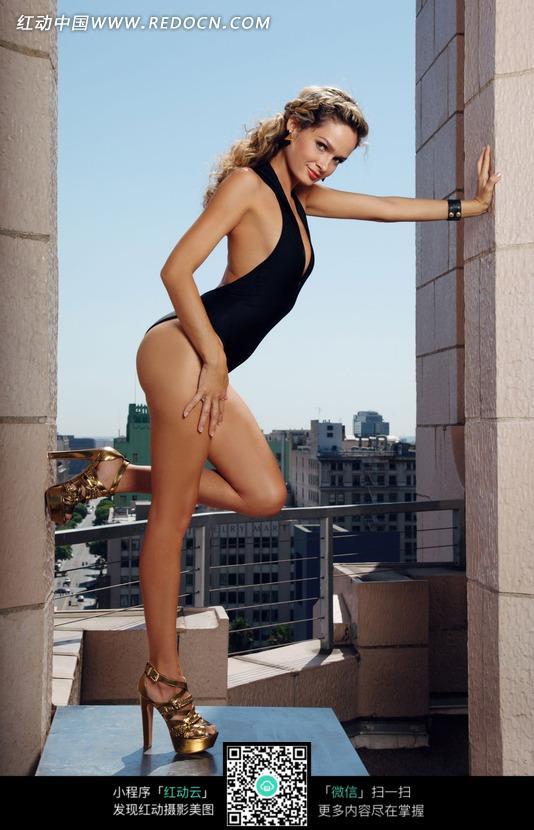 扶着墙单腿站立的外国内衣美女图片编号:1823130