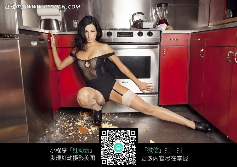 蹲在厨房的外国丝袜美女图片编号:1826870