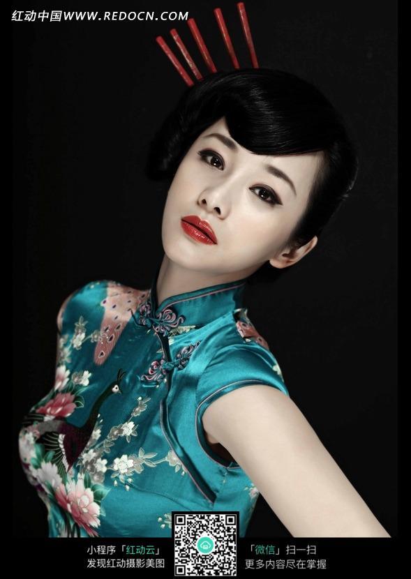 穿蓝色旗袍的性感东方美女设计图片