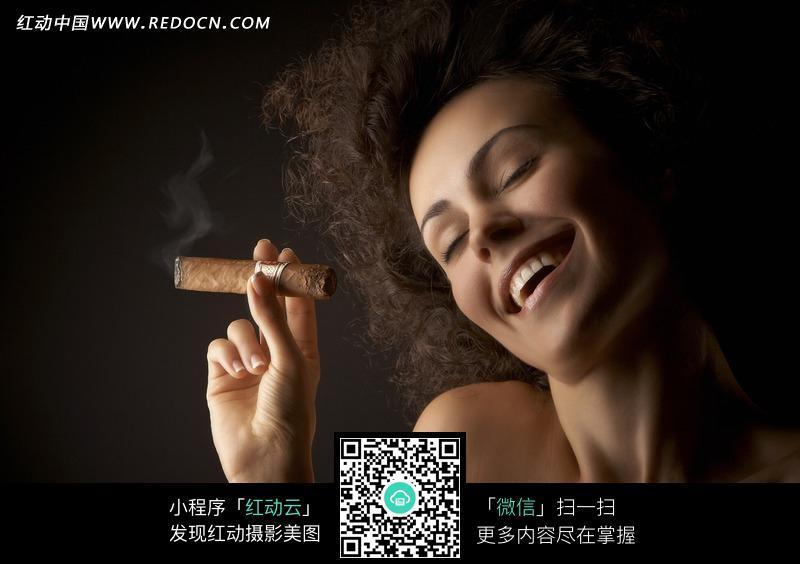 抽雪茄的西方知性美女图片编号:1831594