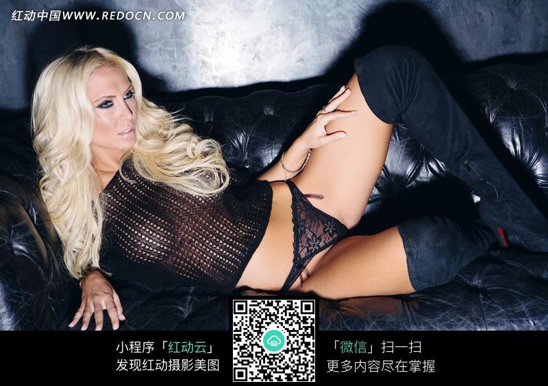 侧躺在沙发上的外国内衣美女设计图片